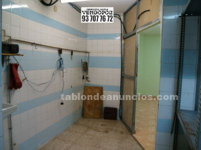 Local comercial de 50 m2 con gran escaparate y mostrador