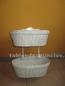 Repisa  y cestas de mimbre