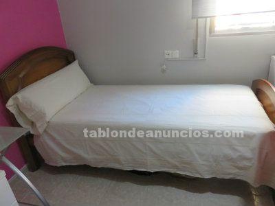 Dormitorio de madera maciza color miel