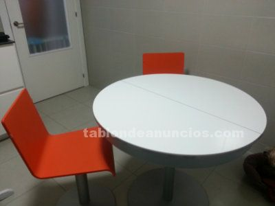 Mesa extensible y 4 sillas de diseño
