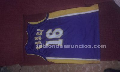 Se vende camiseta oficial de los lakers.