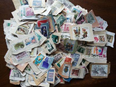 2.000 sellos matasellados españoles de los años 70 a los 90. Con papel.