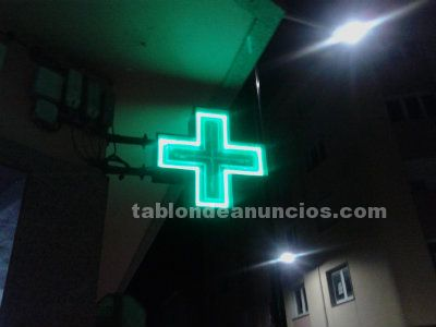 Cruz neon y cartel farmacia