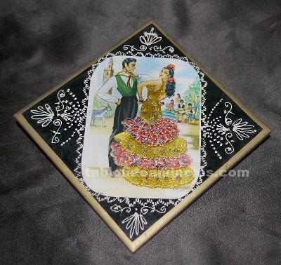 Antiguos azulejos con postales bordadas