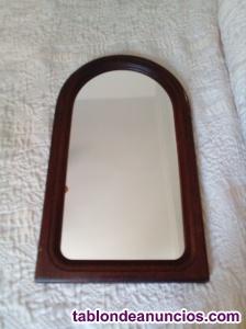 Espejo en marco de madera