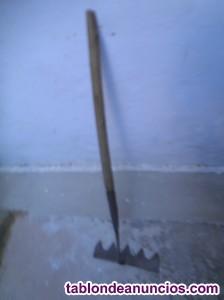 Rastrillo antiguo de 5 puntas  y 89 cm por 15 euros