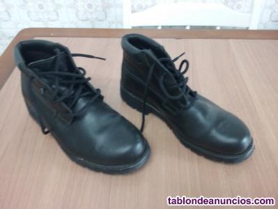 Botas  de color negro, marca ituui, talla 41- 42, nuevas en su caja. Con cordone