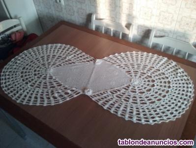 Tapetede mesa de 1,25 mts.  de largo por 30 cms. De ancho en elcentro y 56 cms.