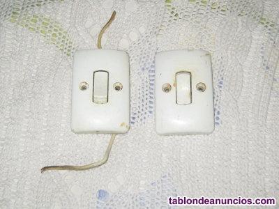 2 interruptores rectangulares pequeños.