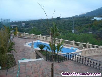2212-V El chalet posee amplios ambientes, piscina,