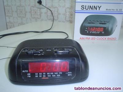 APARATO RADIO MARCA ZUNI COLOR NEGRO, FUNCIONA CON LUZ Y CON PILAS, DE 18 CMS.