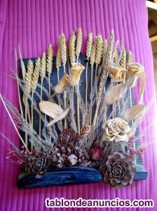 Cerámica decorativa con flores secas.