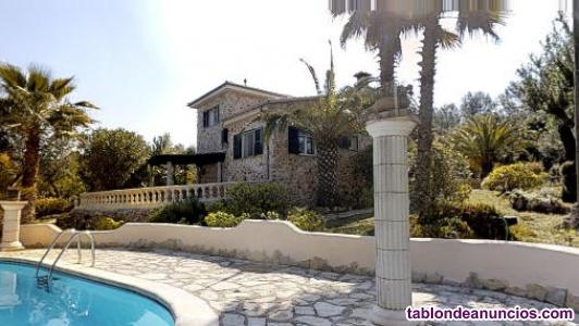 Finca rústica con 2 casas de piedra y piscina.