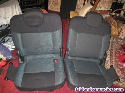 """Asientos traseros posteriores del vehículo """"Nissan Evalia NV200""""."""