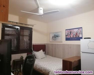 Alquilo amplia habitación con ventilador de techo y baño privado.