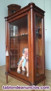 Mueble expositor de madera y vidrio