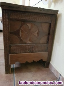 Arca de madera antigua tallada