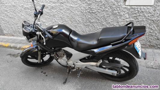 Vendo moto  Yanaha en buen estado.