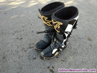 Dos pares de botas de motocross