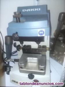 Máquinas de hacer copias de llaves y llaves en bruto surtidas.