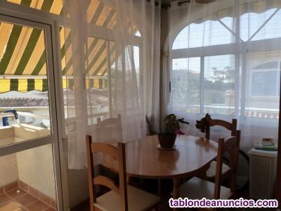 Apartamento en planta alta en Urbanización Tamarix con vistas a la piscina.