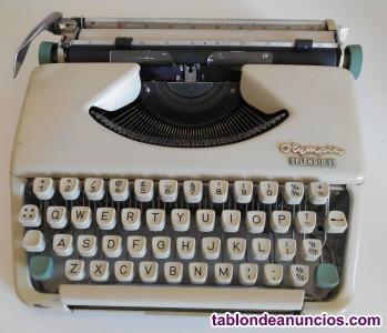 Olimpia splendid. Máquina de escribir. Vintage.