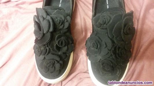 Zapatillas negras  de vestir con flores