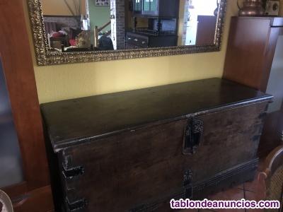 Conjunto de arca antiguo y espejo
