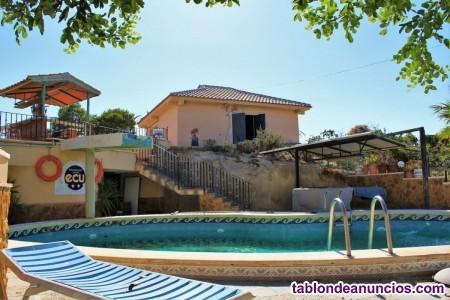 Finca rústica con cuadras de caballos y piscina en Torremendo