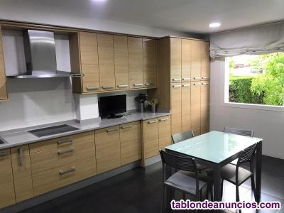 Cocina completa, con electrodomésticos y mesa