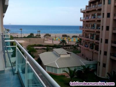 Alquilo apartamento en primera línea de playa, con vistas al mar, con piscina...