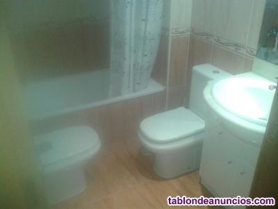Se alquila habitación con baño propio.
