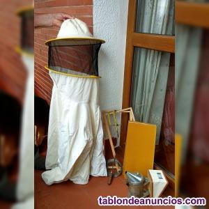 Traje de apicultor y algunos utensilios