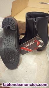 Botas nuevas en su caja de color negro