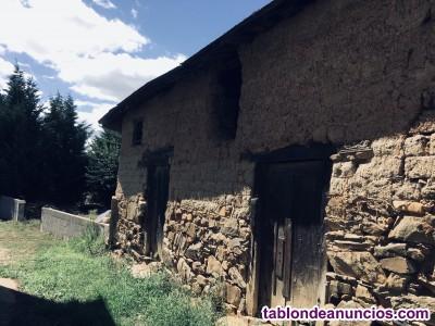 Vieja edificación de adobe con terreno anejo