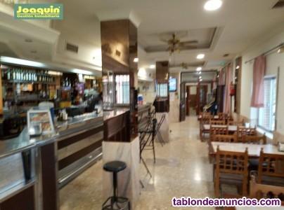Bar restaurante con vivienda en santa cruz.
