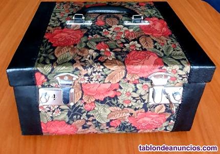 Elegante baúl de viaje tapizado con motivos florales