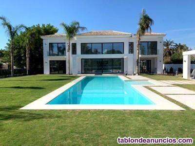 Villa moderna en Marbella junto a la playa. Esta m