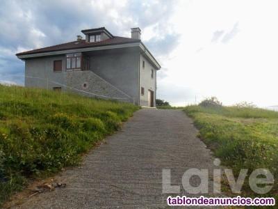 Amplia y luminosa casa con vistas despejadas a Ovi