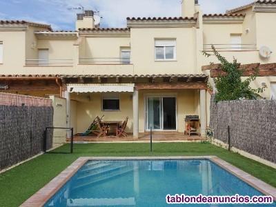 Casa adosada con piscina privada a 1000 metros de