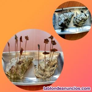 Pareja de ostras naturales con elegantes servidores de nácar sobre bandeja de pl