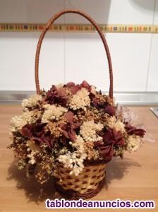 Cesta de mimbre de flores artificiales