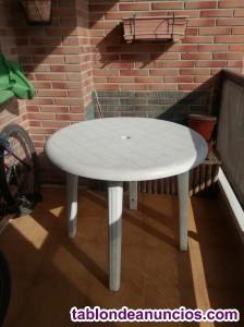 Mesa blanca de resina para exterior