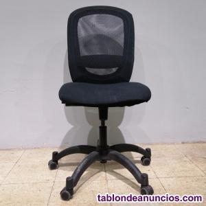 Silla negra de oficina con ruedas
