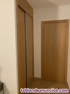 Se alquila habitación grande con cama y armario luminoso