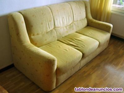 Sofa de tres plazas en tela.