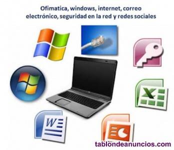 Profesora imparte clases de informática para niños y adultos