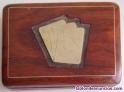 Caja de madera con inserto de metal dorado para naipes